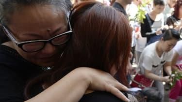 Plusieurs centaines d'habitants d'origine chinoise se sont rassemblés devant la mairie d'Aubervilliers, en Seine-Saint-Denis