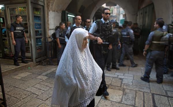 Une femme palestinienne passe devant un check point israélien, le 8 octobre, dans la Vieille ville de Jérusalem.