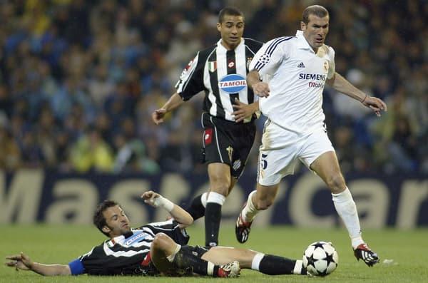 Zinédine Zidane (en blanc) avec le Real Madrid face à la Juventus de David Trezeguet et Alessandro Del Piero (au sol) en demi-finale aller de la Ligue des champions en mai 2003