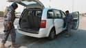 Contrôle d'un véhicule à un checkpoint à Bagdad. Plusieurs attentats ont fait au moins 66 morts et plus de 200 blessés lundi en Irak, principalement dans la région de Bagdad. /Photo prise le 10 mai 2010/REUTERS/Ahmed Malik