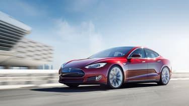 La Tesla Model 3, la berline électrique d'entrée de gamme petite soeur de la Model S (photo), sera disponible à la commande à partir du 31 mars.