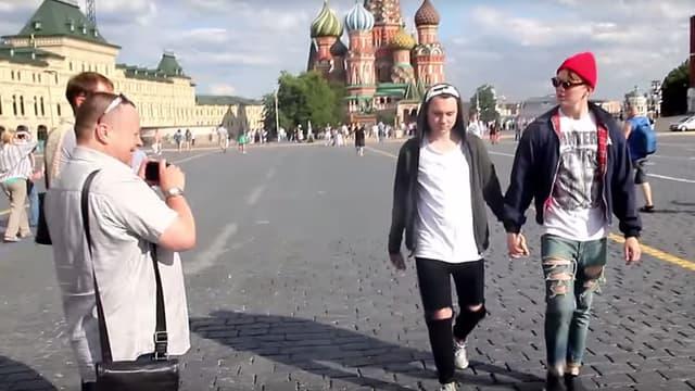 Les deux hommes se sont tenus la main pour filmer la réaction des gens à Moscou