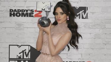 Camila Cabello à Londres en novemvre 2017, un MTV Europe Music Award dans les mains