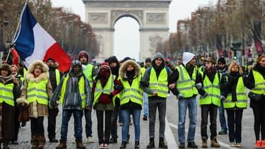 Des gilets jaunes manifestent sur les Champs-Elysées à Paris, le 15 décembre 2018