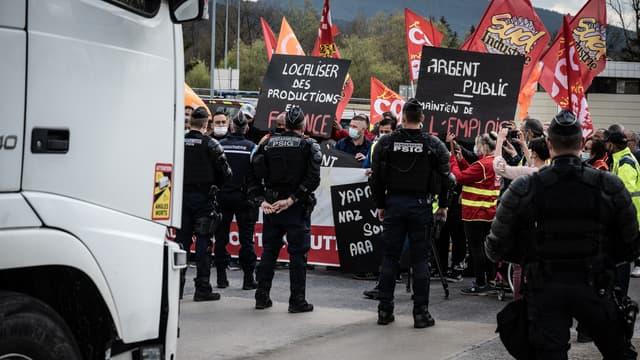 Légende AFP: Des employés de la fonderie d'aluminium et équipementier automobile MBF affrontent des gendarmes français alors qu'ils bloquent l'autoroute A40 entre Lyon et Genève, à Saint-Martin-Du-Fresne, dans l'est de la France, le 22 avril 2021. L'équipementier automobile français MBF a été placé en placé en redressement judiciaire depuis novembre 2020. La prochaine audience au tribunal de commerce de Dijon est prévue le 27 avril 2021.