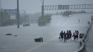 Des habitants de Houston évacuent la ville après le passage de la tempête Harvey au Texas le 27 août 2017