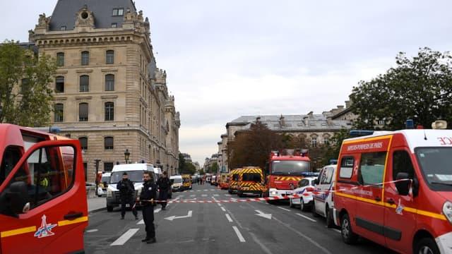 Le personnel de la préfecture a été évacué et le secteur a été bouclé par les forces de l'ordre après l'attaque au couteau