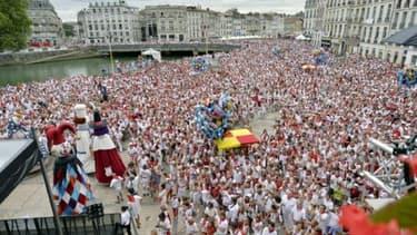 Des milliers de personnes place de la Mairie, lors des Fêtes de Bayonne, le 28 juillet 2016