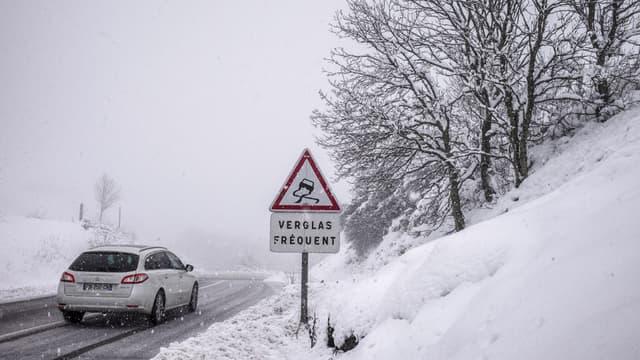 Attention, la couche de neige qui s'accumule sur la chaussée peut dissimuler des plaques de verglas.