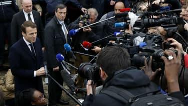 Emmanuel Macron répond aux journalistes à la sortie de son bureau de vote au Touquet, le 7 mai 2017
