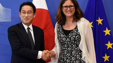 Cecilia Malmström, la Commissaire européenne au Commerce, en compagnie de Fumio Kishida, le ministre japonais des Affaires étrangères.