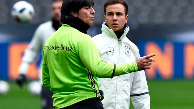 Le sélectionneur allemand Joachim Löw (à gauche) avec Mario Götze