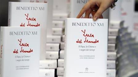 """Le nouveau livre de Benoît XVI, """"Lumière du monde - Le pape, l'Eglise et les signes du temps"""". Les propos du pape Benoît XVI selon lesquels l'usage de préservatifs peut se justifier dans certains cas pour combattre le sida s'appliquent non seulement aux p"""