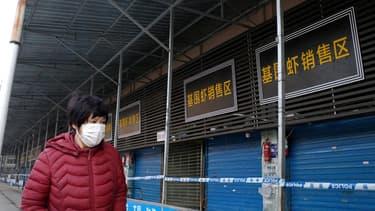 Le marché de fruits de mer et de poisson de Wuhan, où travaillent des patients atteints du virus, a été fermé suite à une décision de la municipalité.