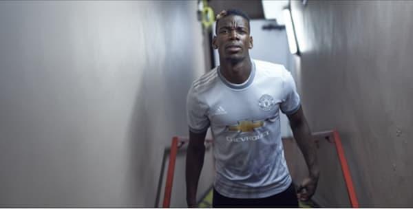 Paul Pogba, posant avec le maillot third de Manchester United.