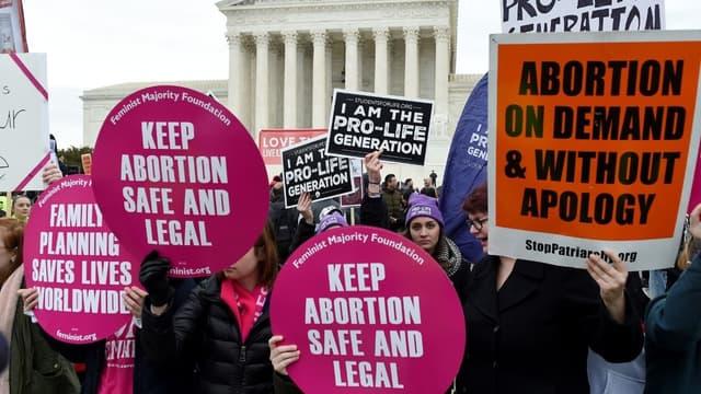 """Des partisans et des opposants à l'avortement devant la Cour suprême à Washington lors de la 47e """"marche pour la vie"""" le 24 janvier 2020"""