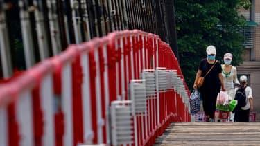 Des personnes portant le masque à New Taipei, le 15 mai 2021, après le durcissement des mesures sanitaires à Taïwan pour faire face à un rebond de l'épidémie.