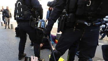 Lors de la dispersion place Garibaldi, une dame de 75 ans est tombée. Transportée à l'hôpital par précaution elle n'a pas de blessures  graves .