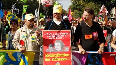 Symbole d'un pouvoir lié pour certains au monde de l'argent, l'affaire Woerth-Bettencourt s'est invitée dans les défilés contre la réforme des retraites (comme ici à Paris). /Photo prise le 7 septembre 2010/REUTERS/Benoît Tessier