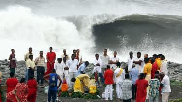 Des Hindous font des offrandes en prévision du cyclone Bejisa à La Réunion.