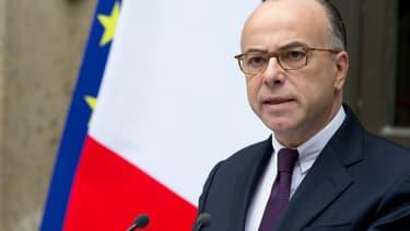 """Le ministre de l'Intérieur, Bernard Cazeneuve, a déclaré vendredi que le gouvernement aura """"recréé"""" d'ici 2017 plus de 9.000 emplois de policiers et gendarmes afin de lutter contre le terrorisme, contre 13.000 qui avaient été """"perdus"""" sous la droite - Vendredi 15 janvier 2016"""