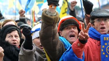Des manifestants pro-européens dimanche à Kiev.