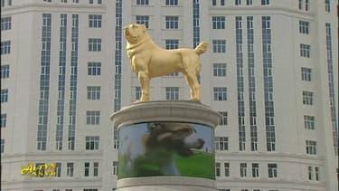 Le chien doré dans la capitale du Turkménistan.