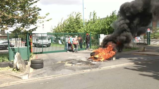 En grève, les salariés de Smovengo bloquent l'accès au dépôt d'Alfortville.