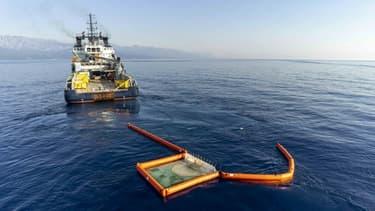Photo de la Marine nationale montrant un bateau récupérant des hydrocarbures au large de Solenzara le 13 juin 2021