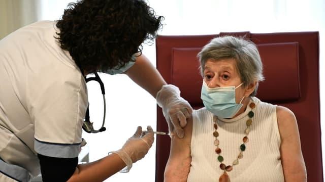 Vaccination d'une pensionnaire d'un EHPAD de Bobigny, le 30 décembre 2020
