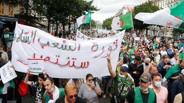 Le mouvement étudiant Hirak, dont fait parti Walid Nekkiche, lors d'une manifestation le 5 juillet 2020 à Paris.