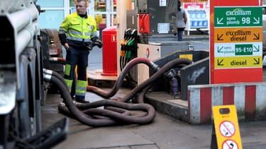 Un camion-citerne Total réapprovisionne en carburant une station-service.
