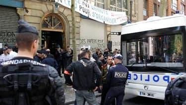 """Près de 140 migrants tunisiens ont été expulsés mercredi d'un bâtiment qu'ils occupaient dans le XIXe arrondissement de Paris. Les membres du """"Collectif des Tunisiens de Lampedusa"""" à Paris vivaient depuis plusieurs jours dans ce bâtiment de la rue Simon B"""
