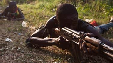 Des miliciens anti-balaka (anti-machettes) en séance d'entraînement, le 17 décembre, à Bangui.