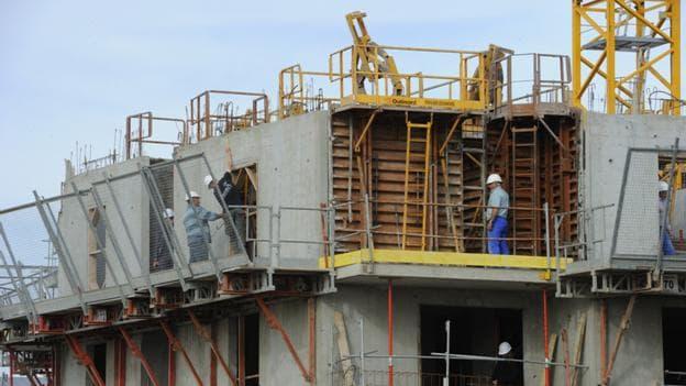 Les mises en chantier de logements ne devraient reculer que de 2,6% en volume en 2013, alors que la FFB anticipait 3,9%.