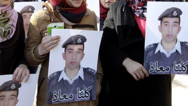 Des proches du pilote réclament sa libération, en Jordanie.