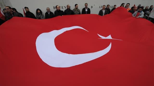 Manifestation à Paris de Franco-Turcs. La Turquie a rappelé jeudi son ambassadeur en poste à Paris pour protester contre l'adoption par les députés français d'une proposition de loi visant à pénaliser la négation des génocides, notamment le génocide armén