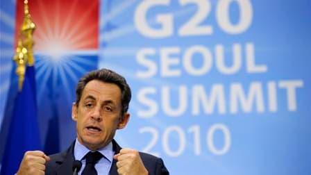 Nicolas Sarkozy estime que la légitimité du G20 pour traiter les grands sujets économiques et financiers est intacte malgré les faibles résultats obtenus à Séoul sur les moyens de remédier aux déséquilibres mondiaux. /Photo prise le 12 novembre 2010/REUTE