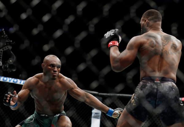 Kamaru Usman (de face) lors de sa victoire sur Tyron Woodley pour le titre des welters de l'UFC en mars 2019