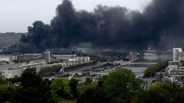 Le spectaculaire incendie dans l'usine Lubrizol de Rouen classée Seveso, qui n'a pas fait de victime, était maitrisé ce jeudi à la mi-journée mais plusieurs jours seront probablement nécessaires pour en venir à bout, avec une crainte de pollution de la Seine.