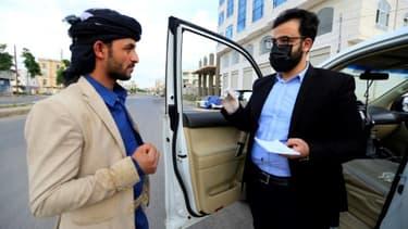 Le Dr Sami Yahya al-Hajj donne une consultation gratuite à un homme, à Sanaa, au Yémen, le 2 juin 2020