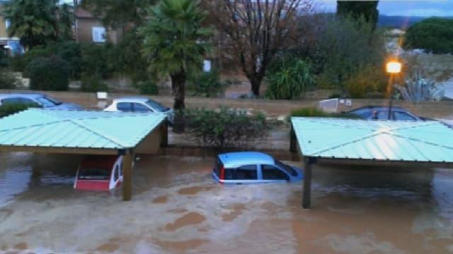 Une rue de La Londe-les-Maures recouverte d'un torrent boueux.