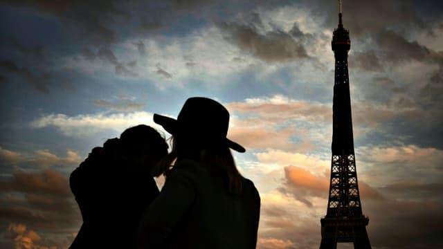 Un couple avant le couvre-feu devant la Tour Eiffel à Paris, le 22 octobre 2020