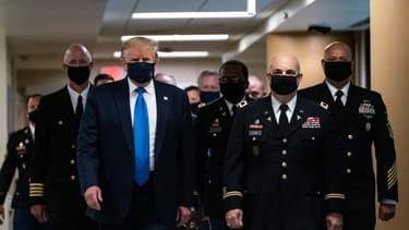 Donald Trump portant un masque - Image d'illustration