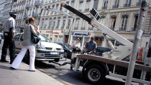 Depuis le 1er décembre, il faut désormais présenter un permis de conduire valide et le certificat d'assurances du véhicule pour pouvoir récupérer sa voiture à la fourrière.
