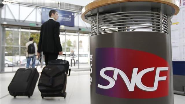 La hausse de 3,2% des tarifs de la SNCF annoncée pour le 3 janvier prochain, qui cumulera une répercussion de la hausse de la TVA et de l'inflation, suscite un vif débat en pleine crise en France. /Photo d'archives/REUTERS/Stéphane Mahé