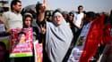 """Familles de victimes de la répression de la """"Révolution du Nil"""" devant une école de police du Caire, où s'est déroulé le procès d'Hosni Moubarak. Le procès d'Hosni Moubarak aurait été inconcevable il y a un an et demi, mais ceux qui l'ont contraint à la d"""