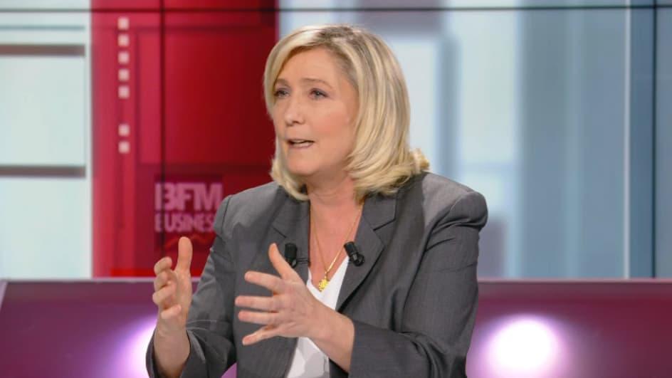 """Le Pen juge que """"l'absence de contrôle aux frontières"""" a aggravé l'épidémie de Covid-19 en France"""