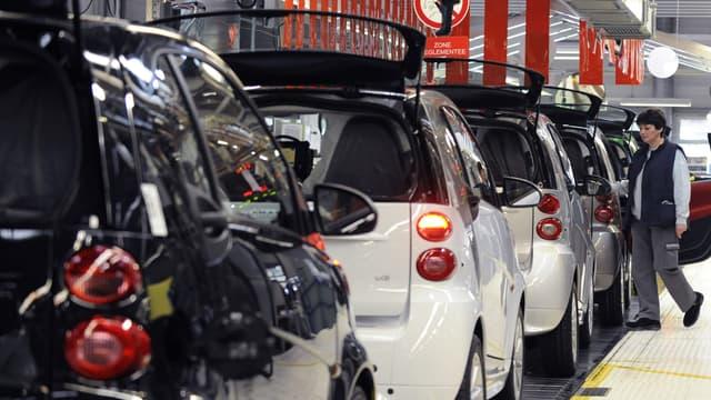 Une salariée sur une ligne de production de la Smart ForTwo, dans l'usine de Hambach (est de la France) le 11 décembre 2012.