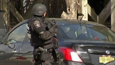 Policier à Watertown, près de Boston, durant la traque de Djokhar Tsarnaev vendredi.